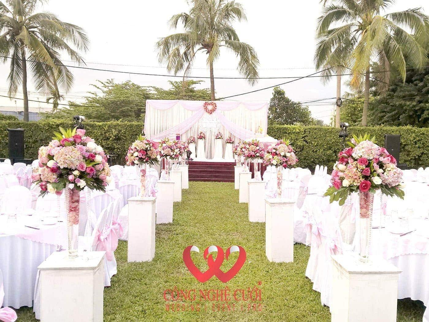 Tiệc cưới ngoài trời tông màu hồng