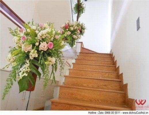 Trang trí hoa cầu thang đám cưới