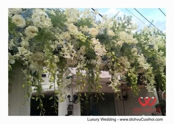 Cổng hoa tươi đám cưới tong xanh biển