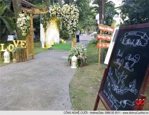 Trang trí tiệc cưới trọn gói Hoa lối đi đám cưới sân vườn