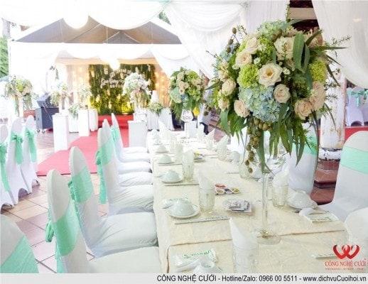 Trang trí tiệc cưới trọn gói Hoa để bàn đám cưới sân vườn