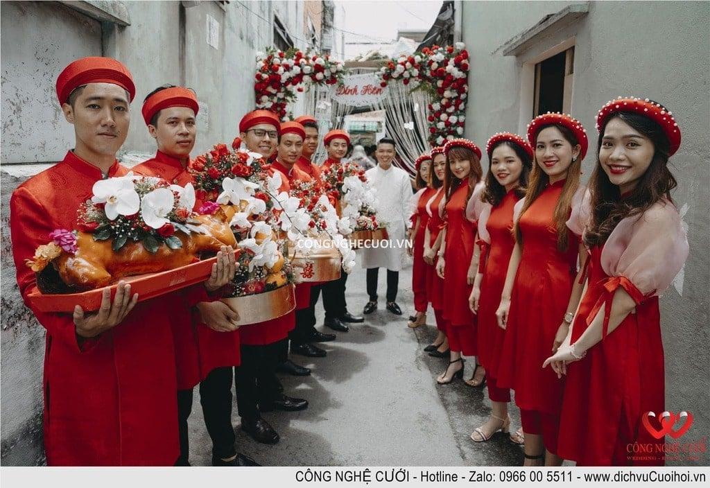 Đội đoán mâm quả nhà cô dâu chuẩn bị nhận mâm quả từ nhà trái