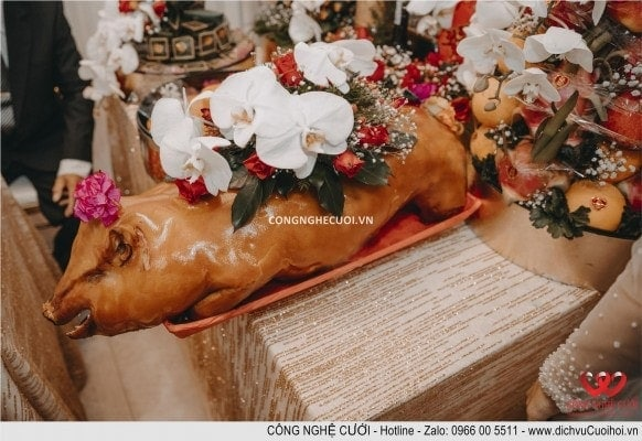 các nghi thức không thể thiếu là, trình mâm quả lễ vật của nhà trai mang qua nhà gái