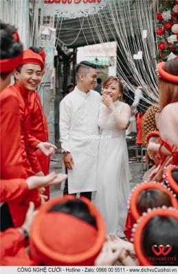 Cô dâu chú rể cùng chụp ảnh với đội bưng quả