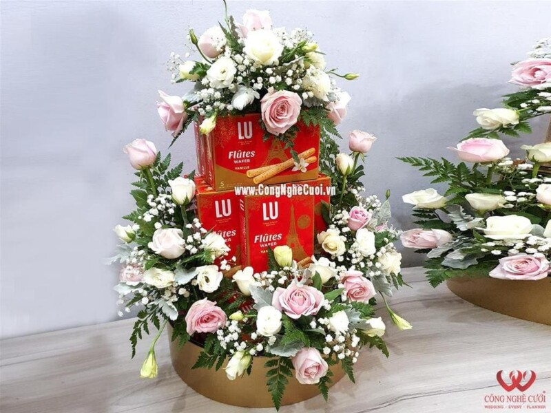 Mâm quả bánh Quế kết hoa tươi