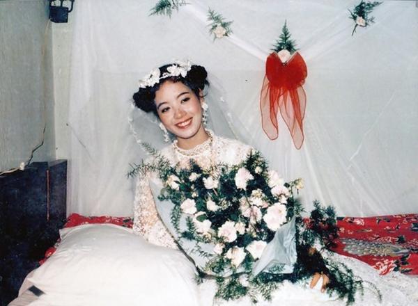 [Caption]Kiểu tóc và phụ kiện cầu kỳ của cô dâu Chiều Xuân khi tròn 20 tuổi.