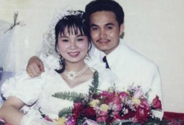 [Caption]Bức ảnh cưới hiếm hoi của vợ chồng nghệ sĩ Xuân Hinh được chụp vào năm 1993. Trong đám cưới, Xuân Hinh đi đón dâu bằng xe Dream. Vợ nghệ sĩ diện bộ váy cưới tay bồng cổ điển cùng chiếc vòng cổ bằng nhựa được đính kết hạt thủ công.