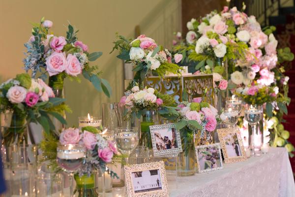 [Caption]Với tone màu hồng nhạt, các loại hoa phù hợp nhất là cẩm tú cầu hồng nhập khẩu, hoa hồng OHara, hồng Brut và hoa cát tường hồng. Hồng OHara nhập khẩu cho bông to, xoáy hoa xếp điển hình của dòng David Austin và hương hoa thơm ngát. Hồng Brut màu nhạt ngọt ngào trồng ở Đà Lạt mà mọi người vẫn quen gọi là hoa hông dâu. Hoa cát tường mềm mại, mới nở thì màu nhạt, càng lâu màu hoa càng đậm