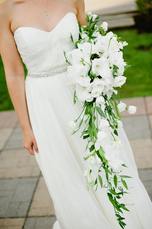 Vị trí hoàn hảo nhất để đặt hoa cưới là ở phần hạ eo cô dâu. Chú ý: không nên để hoa cưới quá ngực vì phần ngực váy thường có thiết kế cầu kỳ, nhiều chi tiết. Cầm bó hoa quá cao cũng khiến cô dâu bị lùn đi. Khi cầm hoa, cô dâu nên giữ bó hoa hướng về phía khách mời, để họ có thể chiêm ngưỡng nét đẹp của bó hoa.