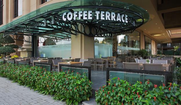 Nằm ngay mặt đường Nguyễn Lương Bằng, Coffee Terrace phục vụ thực đơn đa dạng với nhiều loại thức uống, bánh ngọt và các món ăn nhẹ thích hợp cho các buổi hẹn gặp gỡ, trao đổi công việc và đặc biệt là chỗ ngồi lý tưởng cho khách tiệc cưới gặp nhau trò chuyện trước khi giờ tiệc bắt đầu