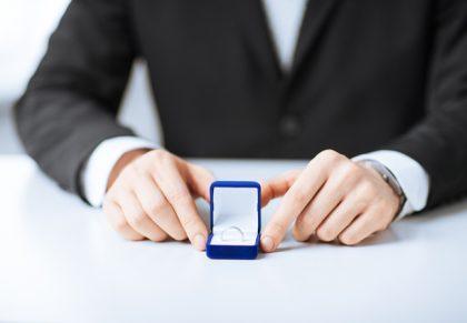 Chọn được chiếc nhẫn cầu hôn ưng ý cũng là việc khiến các chàng phải tiêu tốn không ít công phu