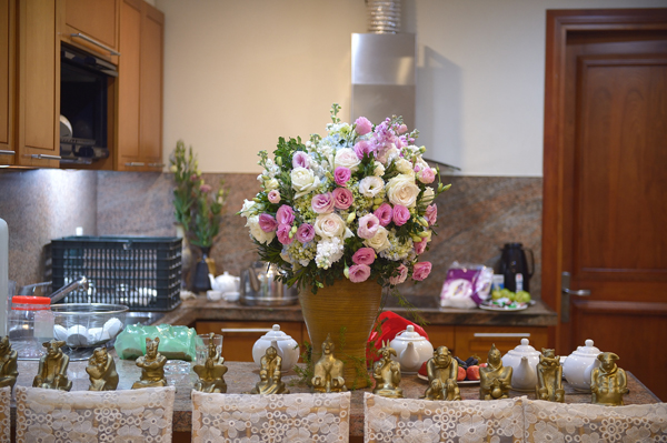 [Caption]Lọ hoa quý có sẵn ở nhà cô dâu đã được tận dụng cho phần trang trí.
