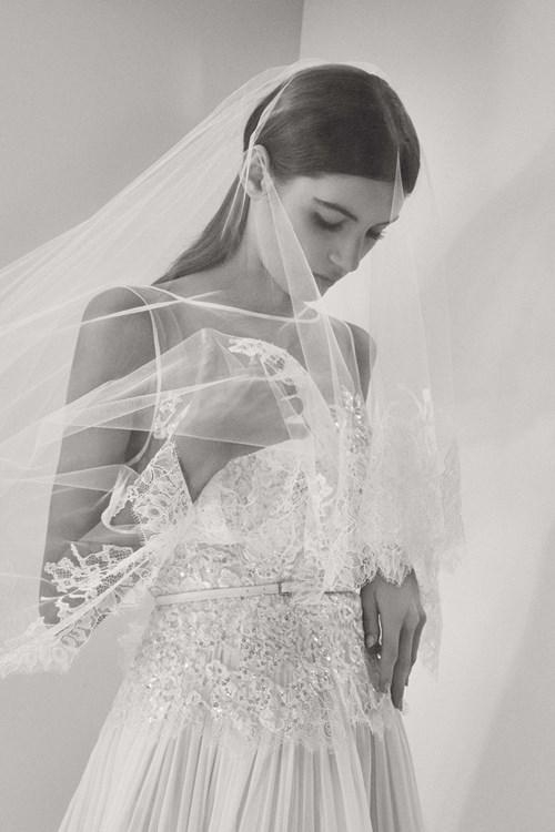 [Caption]Điểm đặc trưng trong các mẫu váy cưới Haute Couture do nhà thiết kế Li-băng sáng tạo là sự cầu kỳ, tinh xảo trong mọi chi tiết trang trí. Ren, voan, lụa, kim sa và hàng loạt các chất liệu tạo nên váy cưới đều được ông lựa chọn từ những loại cao cấp nhất thế giới.