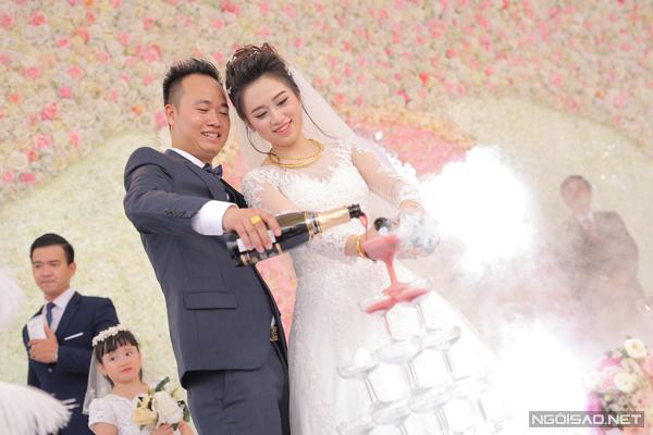 Ngày 20/11 vừa qua, một đám cưới khủng bạc tỷ ở Hưng Yên đã làm xôn xao cộng động mạng xã hội với độ chịu chơi đặc biệt của chủ nhân. Theo thông tin riêng của Ngoisao.net, vị đại gia này có tên Văn Văn. Kim Tháp, xã Đồng Tiến, huyện Khoái Châu, Hưng Yên