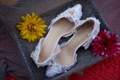 Giày trắng đính hoa voan