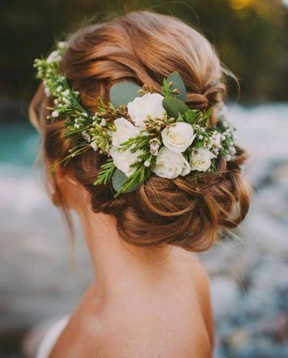 Tóc cưới đẹp thắt bím bới thấp kết vòng hoa mộc mạc