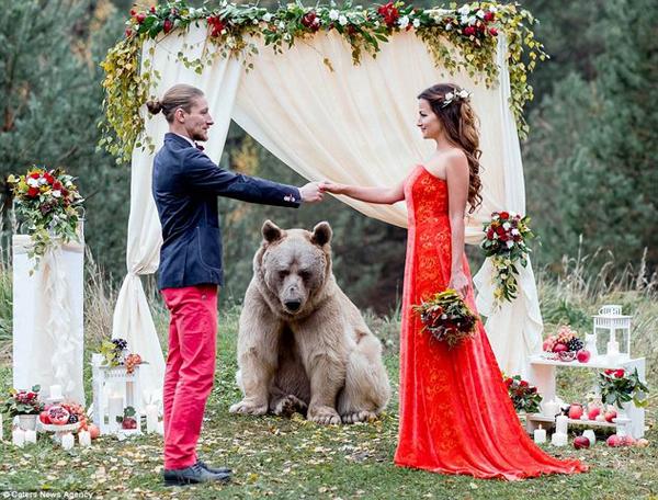 [Caption]Vừa qua, một đám cưới đã diễn ra tại Nga thu hút sự quan tâm của đông đảo cư dân mạng vì quá đặc biệt. Cặp đôi Denis và Nelya, 30 tuổi hiện đang sống tại Moscow Nga đã có đám cưới đầy ấn tượng thu hút sự quan tâm đông đảo của cư dân mạng.