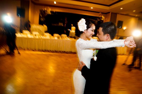 [Caption]Chiều tối 26/7 (theo giờ Mỹ), đám cưới của Kim Hiền và Andy đã diễn ra tại một khách sạn tại California (Mỹ). Đông đảo nghệ sĩ hải ngoại, trong đó có vợ danh hài Chí Tài (trái), gia đình danh hài Việt Hương, ca sĩ Quang Lê... đã đến chúc mừng hạnh phúc.