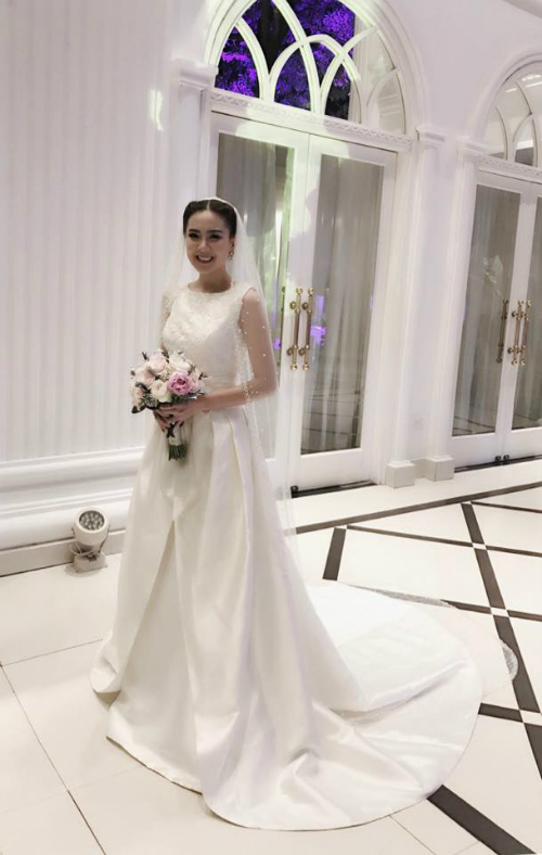 [Caption]Trong đám cưới diễn ra tối nay (2/12) tại Hà Nội, MC Mai Ngọc chọn mặc hai bộ váy cưới: một thiết kế của NTK Phương Linh và một bộ váy khác có giá 10.000 USD khi làm lễ.