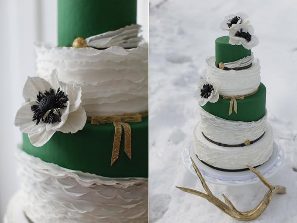 Bánh cưới trắng bằng kem với cách tạo hình như những lớp tuyết dày