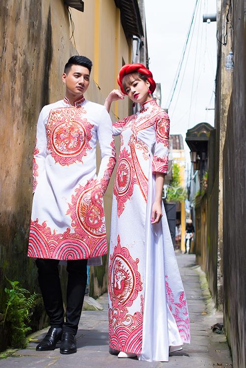 [Caption]Bộ sưu tập giới thiệu các mẫu áo dài cho cô dâu và chú rể thích gam màu nóng và họa tiết uyển chuyển từ dáng vẻ của cành hoa xuân, hình ảnh dây lá trong nghệ thuật điêu khắc.