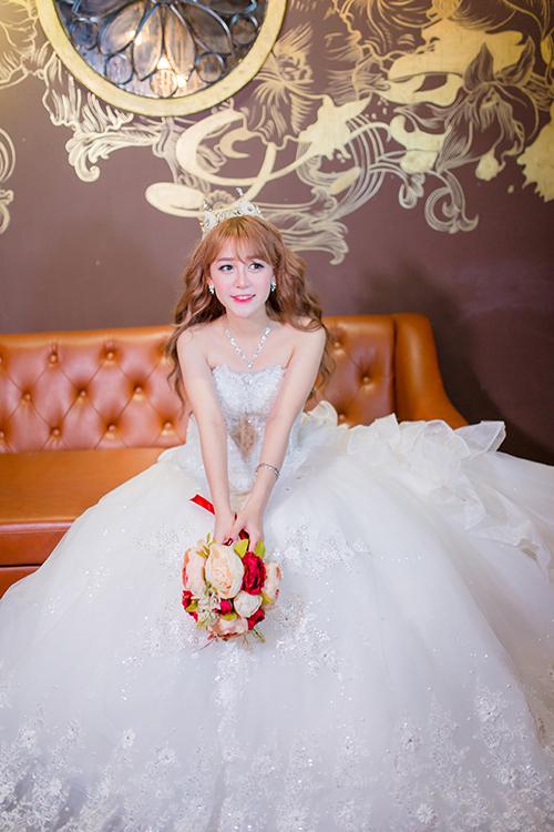 [Caption]Chiếc váy xoè bồng lộng lẫy là gợi ý hoàn hảo, biến cô dâu thành nàng công chúa xinh đẹp trong ngày cưới.