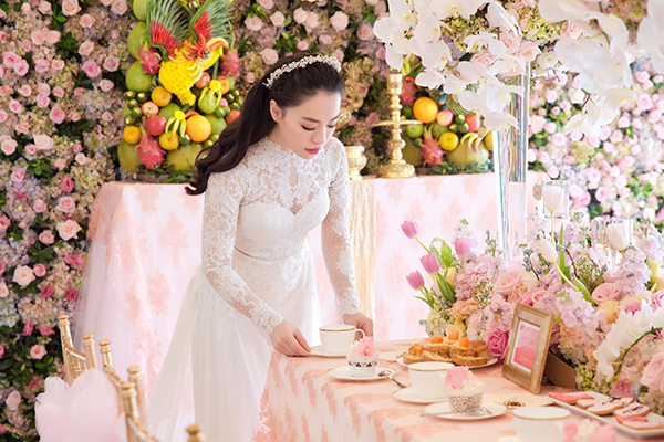 [Caption]Với hai người, lễ đính hôn là bữa tiệc thân mật giữa hai gia đình và bạn bè thân thiết nên cặp đôi chọn trang trí vừa phải, không quá nhiều chi tiết để tránh gây choáng ngợp.