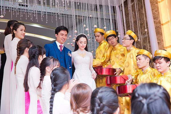 [Caption]Cặp đôi Duy Kiên và Song Vân tổ chức lễ đính hôn ngay sau khi chú rể cầu hôn cô dâu.