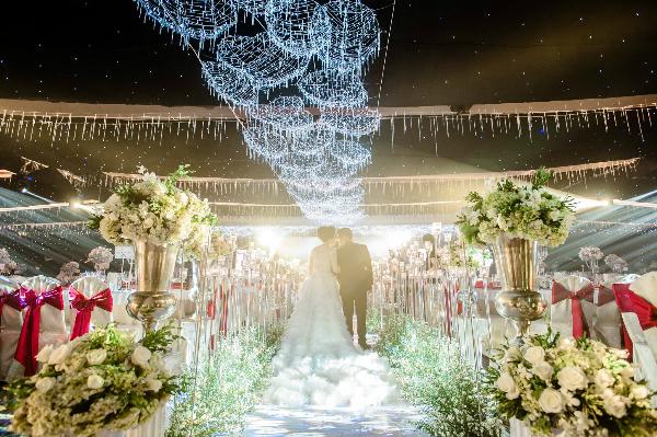 [Caption]Tiệc cưới được tổ chức vào buổi tối trong một khách sạn 5 sao. Cặp đôi đã mang cả một bầu trời sao huyền ảo vào dạ tiệc.