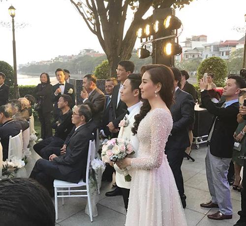[Caption]Sau 10 năm hẹn hò, MC Mai Ngọc và bạn trai đã chính thức tổ chức hôn lễ vào tối ngày 2/12. Tiệc cưới được tổ chức trong một nhà hàng sang trọng, nằm trong chuỗi nhà hàng tiệc đứng của gia đình chồng cô gái thời tiết.
