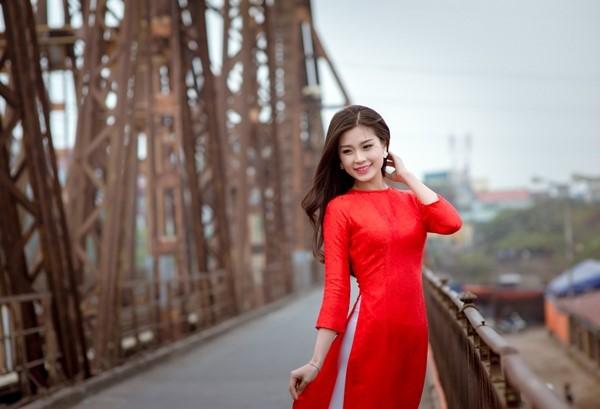 Đa dạng với nhiều góc chụp trên cầu cô dâu cũng sẽ có được một hình cưới đẹp bên tà áo dài.
