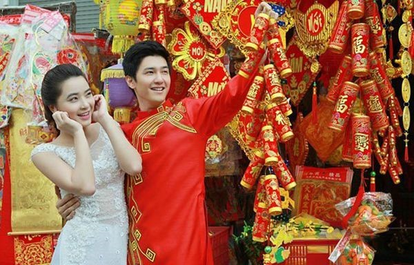 Ảnh cưới của các cặp đôi nổi bật với sắc đỏ sắc vàng ngày Tết.