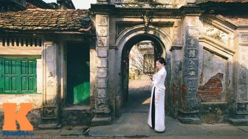 Thướt tha với trang phục áo dài trắng cô dâu vẫn bật lên được nết sang trọng, quý phái.