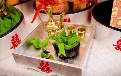 Rượu hoặc thuốc lá mang ý nghĩa thể hiện lòng hiếu thảo và thành kính mà con cháu đối với ông bà tổ tiên.