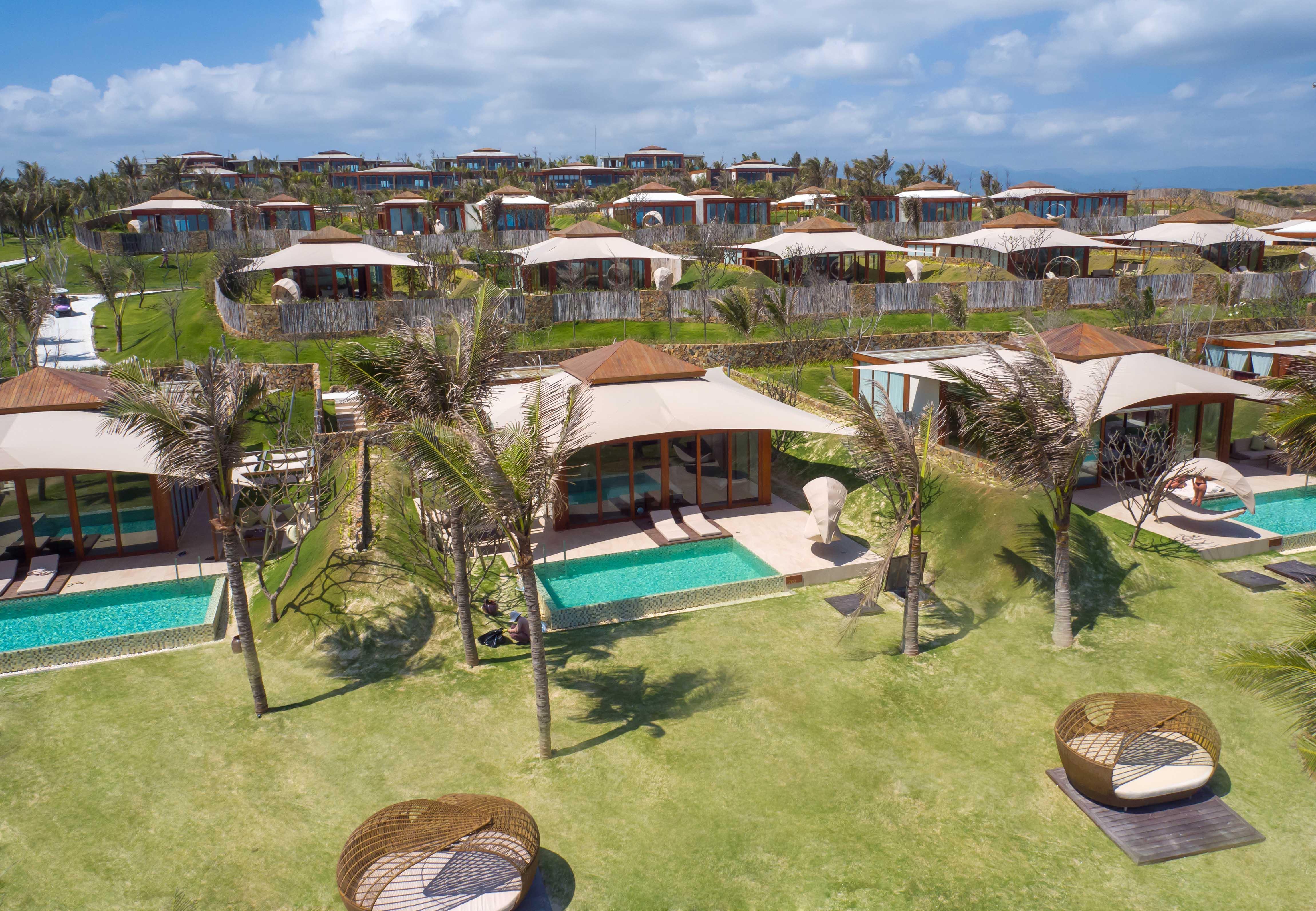 Khu nghỉ có 72 phòng suites và biệt thự nằm trải trên một quả đồ