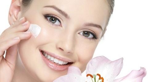 Cung cấp độ ẩm cho da từ các sản phẩm dành riêng cho da khô.