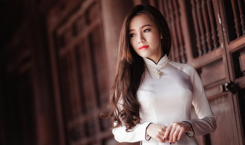 Cô dâu tạo kiểu đoan trang trong lối kiến trúc cổ xưa của đền Hùng.