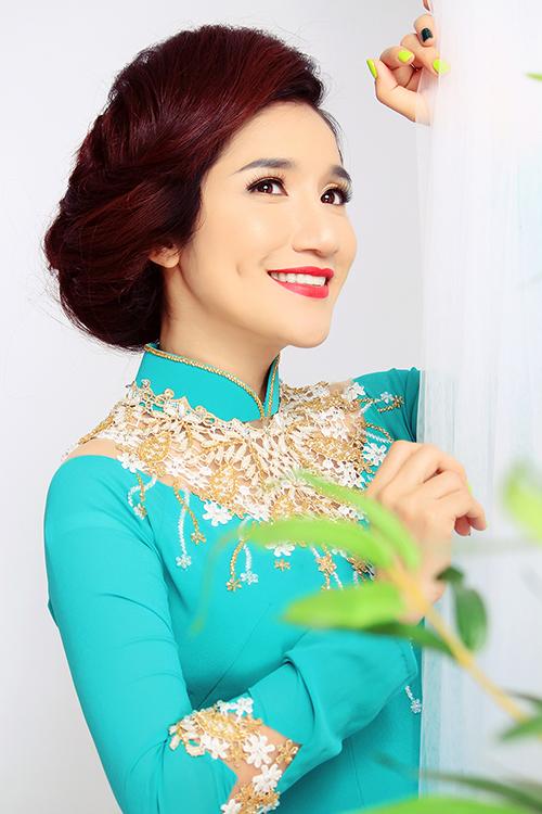 Cát Tường không phải là cái tên lạ với giới nghệ sĩ miền Nam. Chị vào nghề sớm, từng đỗ thủ khoa trường Sân khấu Điện Ảnh và đạt hạng 3 cuộc thi Tiếng hát Truyền hình TP.HCM.