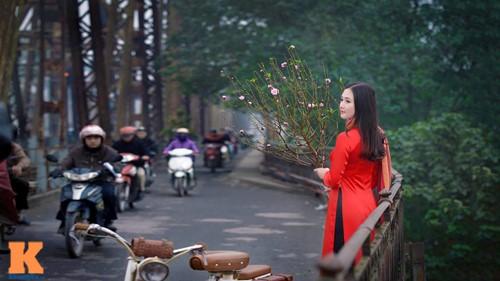 Một góc nhỏ trên cây cầu lịch sử Long Biên cùng với tà áo dài cô dâu đã có được một bức ảnh đậm nét truyền thống.