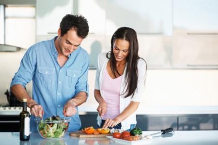 Công việc nhà nếu chỉ nằm hết ở người phụ nữ sẽ dễ gây ra những khó khăn sau ngày cưới