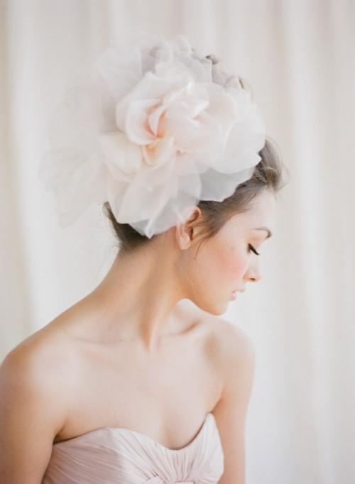 [Caption] Thay vì dùng khăn voan, các cô dâu tìm đến những bông hoa tươi để tạo sự lãng mạn, nhẹ nhàng.