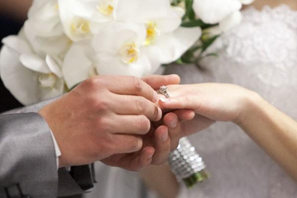 Chú rể thường trao nhẫn vào ngón áp út cho cô dâu trong ngày cưới.