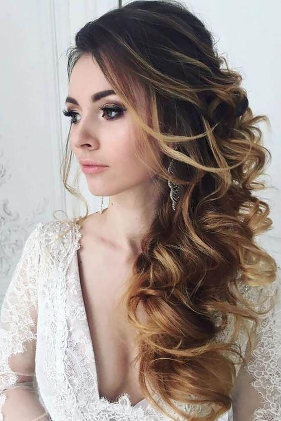 Kiểu tóc uốn lọn to buông một bên vai