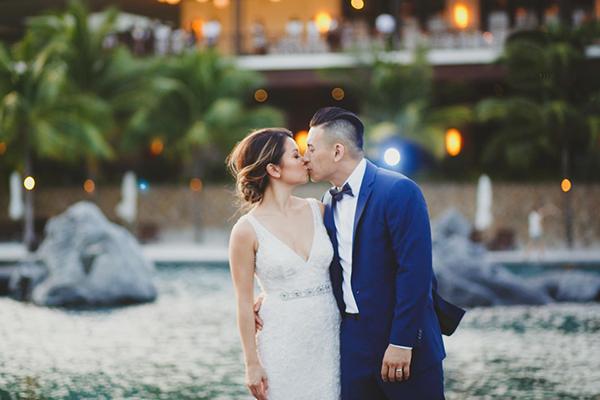 [Caption]độc đáo này của cô dâu Sandy Truc Thanh Nguyen (sinh năm 1984, Việt Nam) và người bạn đời David Ouk (sinh năm 1984, đến từ Canada).