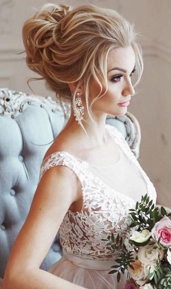 Tóc cô dâu bới cao với vài lọn tóc nhỏ thả trước trán tạo nét đẹp kiêu kỳ