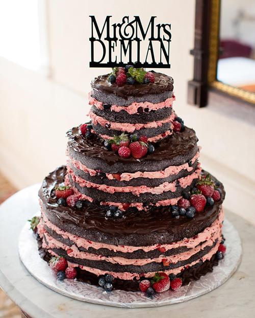 [Caption]Khi chọn style trang trí rustic cho đám cưới, cô dâu chú rể không thể bỏ qua chiếc bánh cưới phong cách mộc. Đây là những mẫu bánh không sử dụng kem trang trí bên ngoài, để nguyên cốt bánh, hoặc kem được phết theo cách tự nhiên, ngẫu hứng.