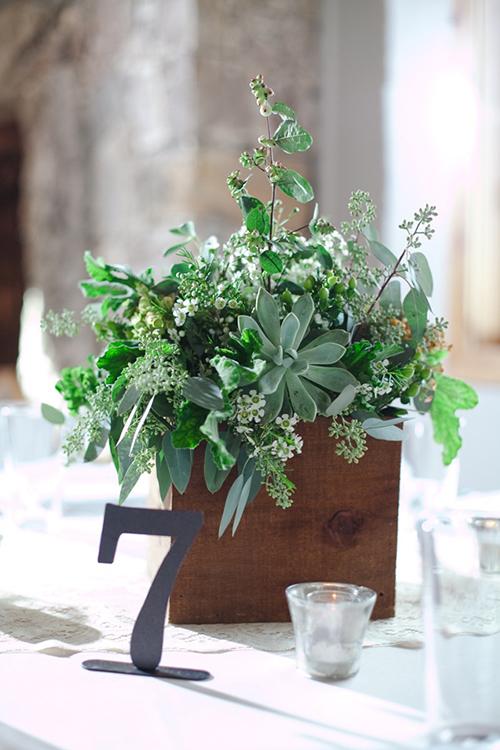 [Caption]Những bó hoa có cả hoa tươi và cây lá mang đến sự tự nhiên và vẻ đẹp thân thiện với môi trường xung quanh. Không những thế, nhưng loại cây gia vị này còn tỏa mùi hương dễ chịu, giải tỏa stress cho tân nương trong ngày trọng đại.