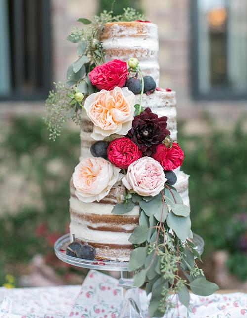 Bánh cưới naked mang đến sự lãng mạn cho ngày trọng đại, phù hợp với các cặp cô dâu chú rể yêu thích phong cách đơn giản, độc đáo.