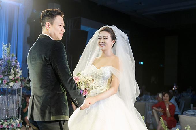 Chủ nhân của đám cưới hoành tráng này là chú rể Đăng Tuấn và cô dâu Vân Anh. Đăng Tuấn vốn là một doanh nhân thành đạt hiện đang sinh sống và làm việc tại Nga