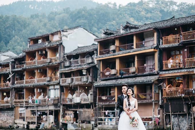 Bộ ảnh cưới của Nguyễn Thành Trung (1985) và bạn Đoàn Cẩm Tú (1991, cùng ở Hải Phòng) khiến cho bất cứ ai xem đều ngẩn ngơ bởi vẻ đẹp của Phượng Hoàng Cổ Trấn (một địa danh nổi tiếng ở Hồ Nam, Trung Quốc) qua từng góc chụp.